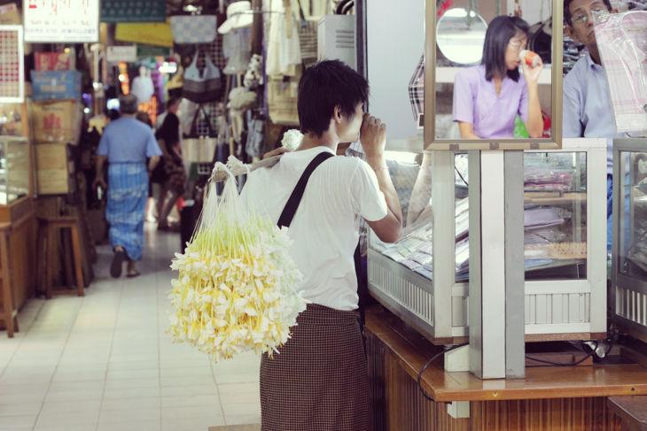 ジャスミンの花飾りを運ぶ売り子