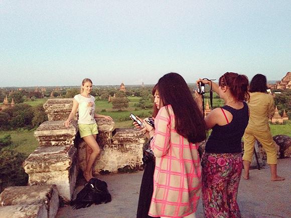 シュエサンドー・パゴダで写真を撮る観光客